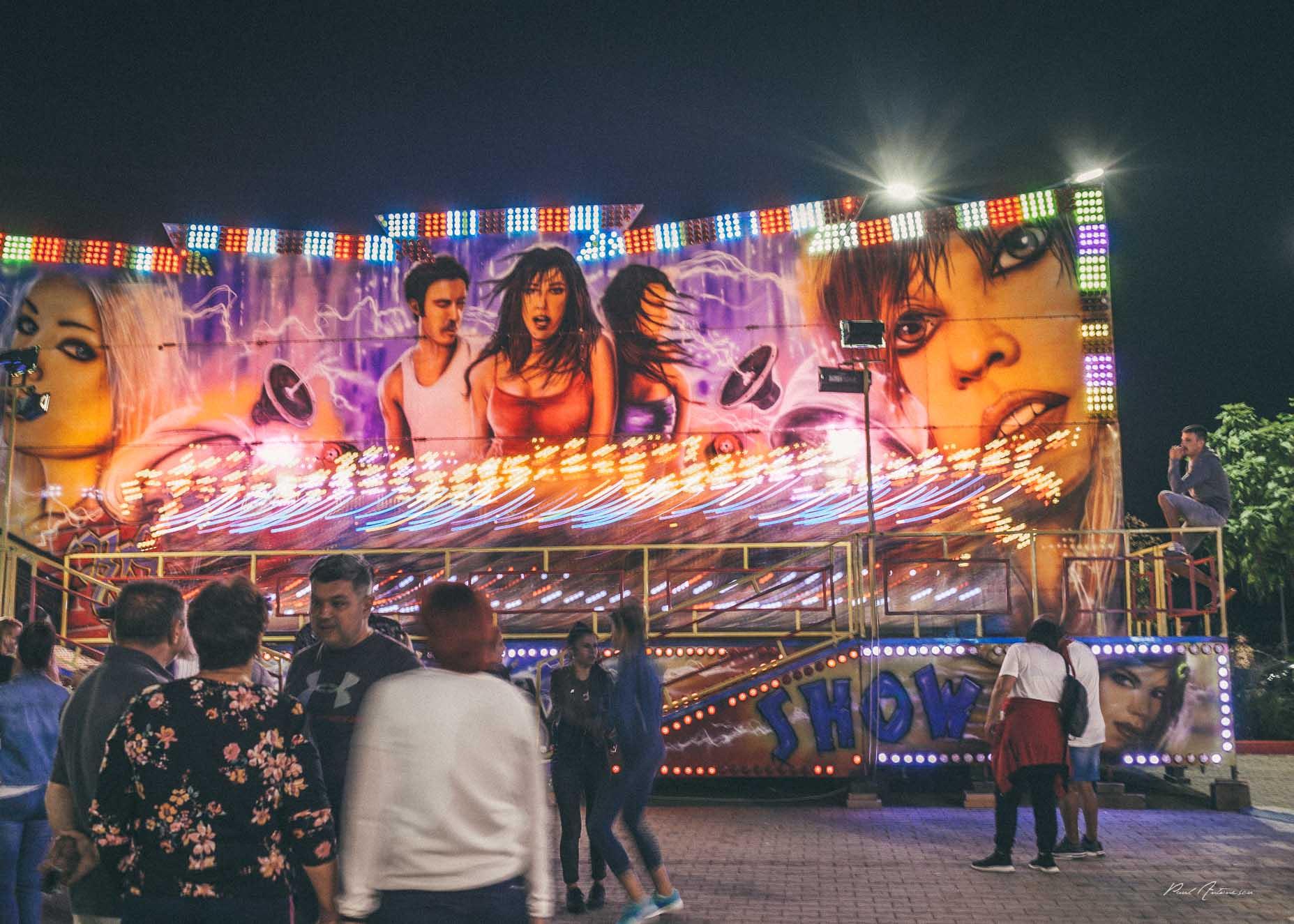 Oameni in parcul de distractie, oraselul copiilor