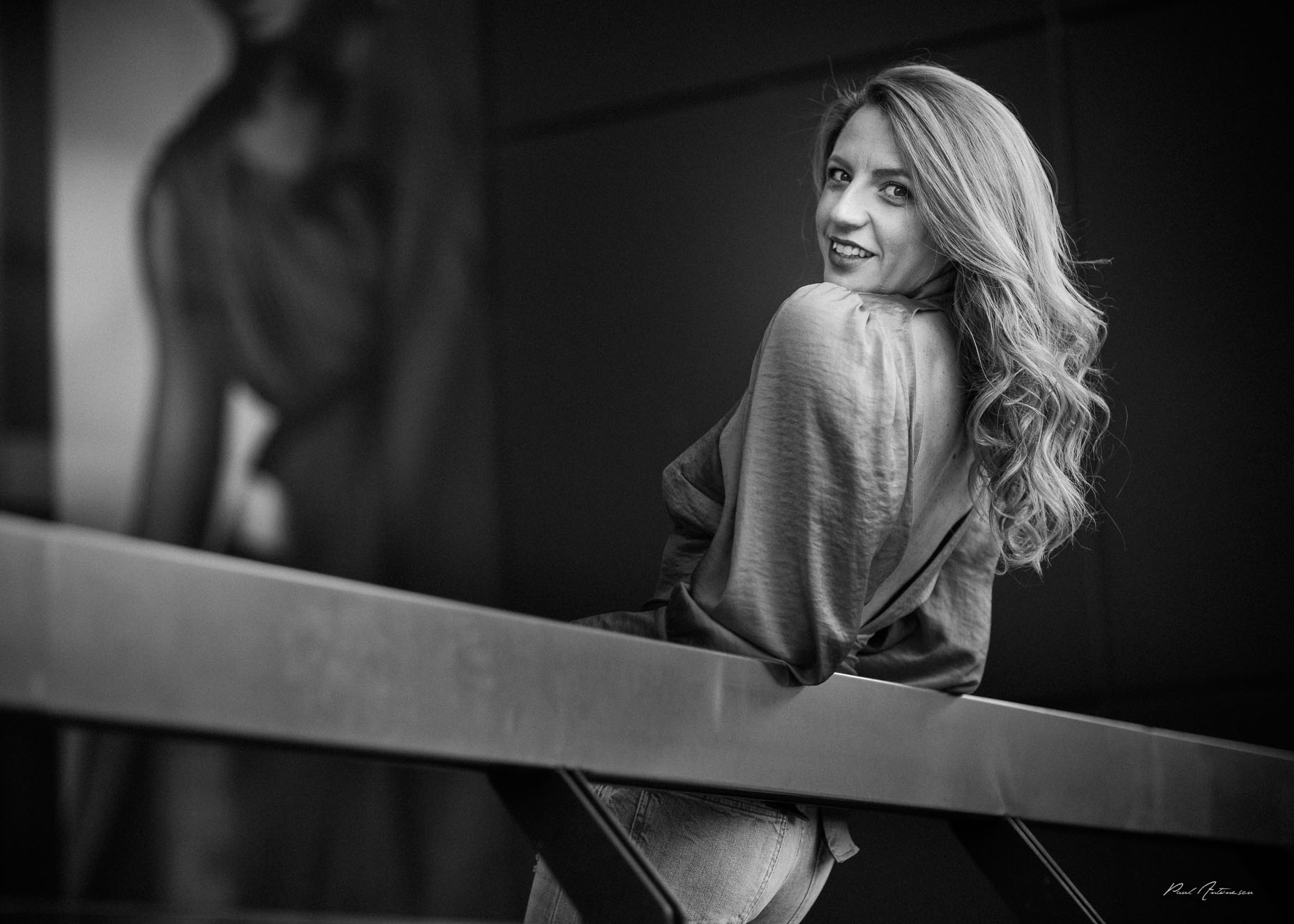 Fotografie alb negru cu o fata cu par lung
