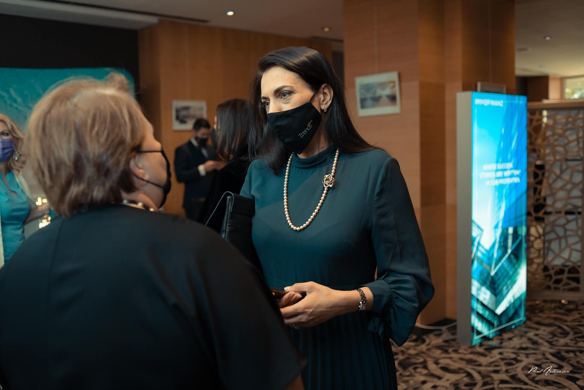 Femeii discutand despre bijuterii marca Teilor la Gala Forbes Woman 2021