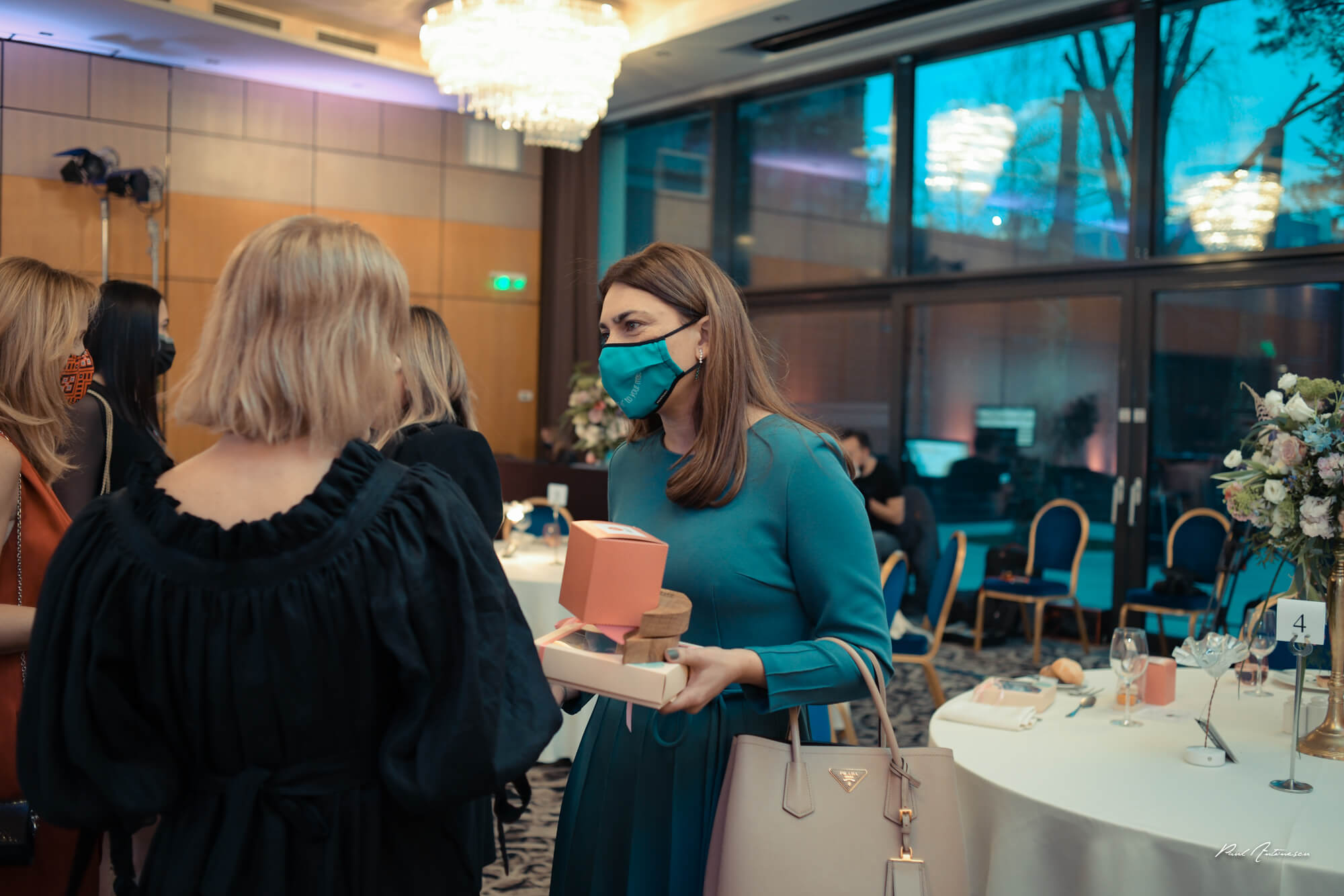 Femei elegante discutand la Gala Forbes Woman 2021
